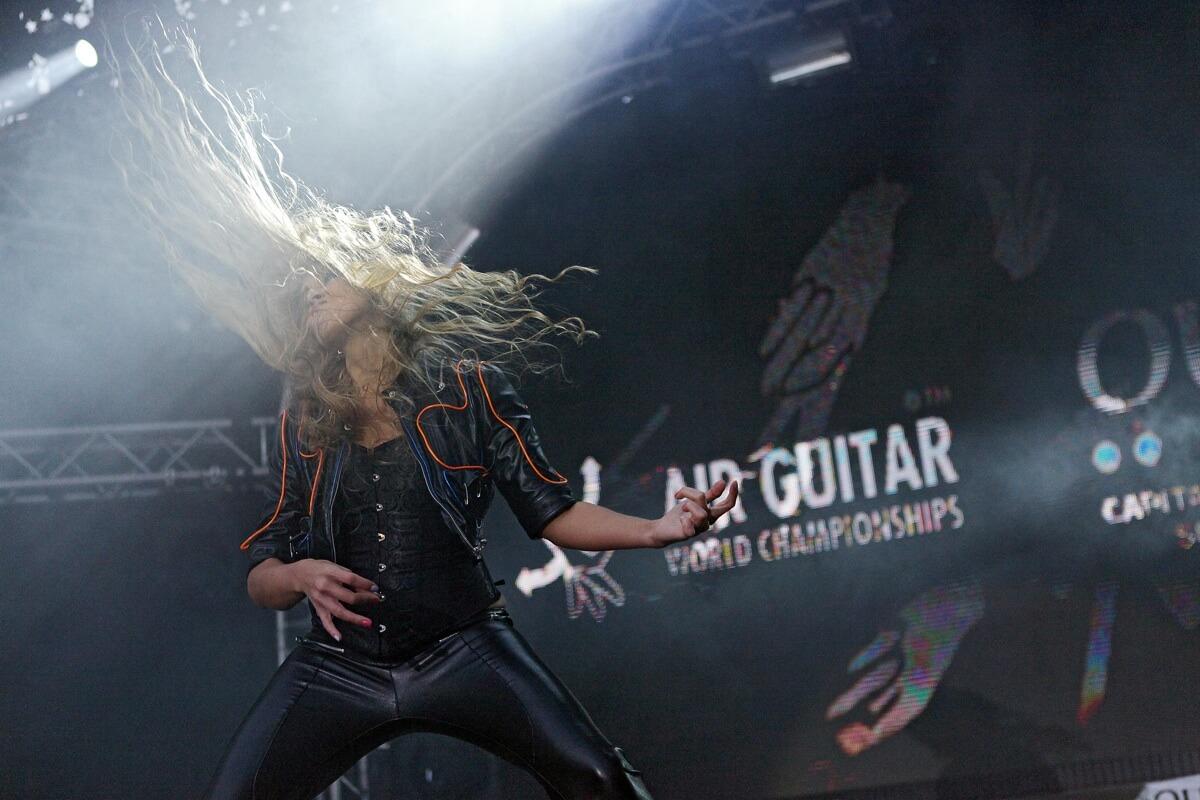 Eine Frau steht bei der Luftgitarren-Weltmeisterschaft in Finnland auf der Bühne