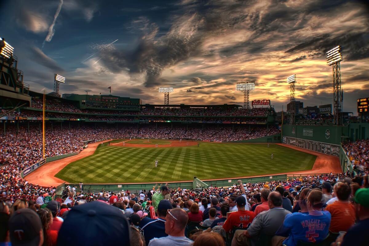 Aufnahme eines mit Zuschauern gefüllte Baseball-Stadions kurz vor Sonnenuntergang