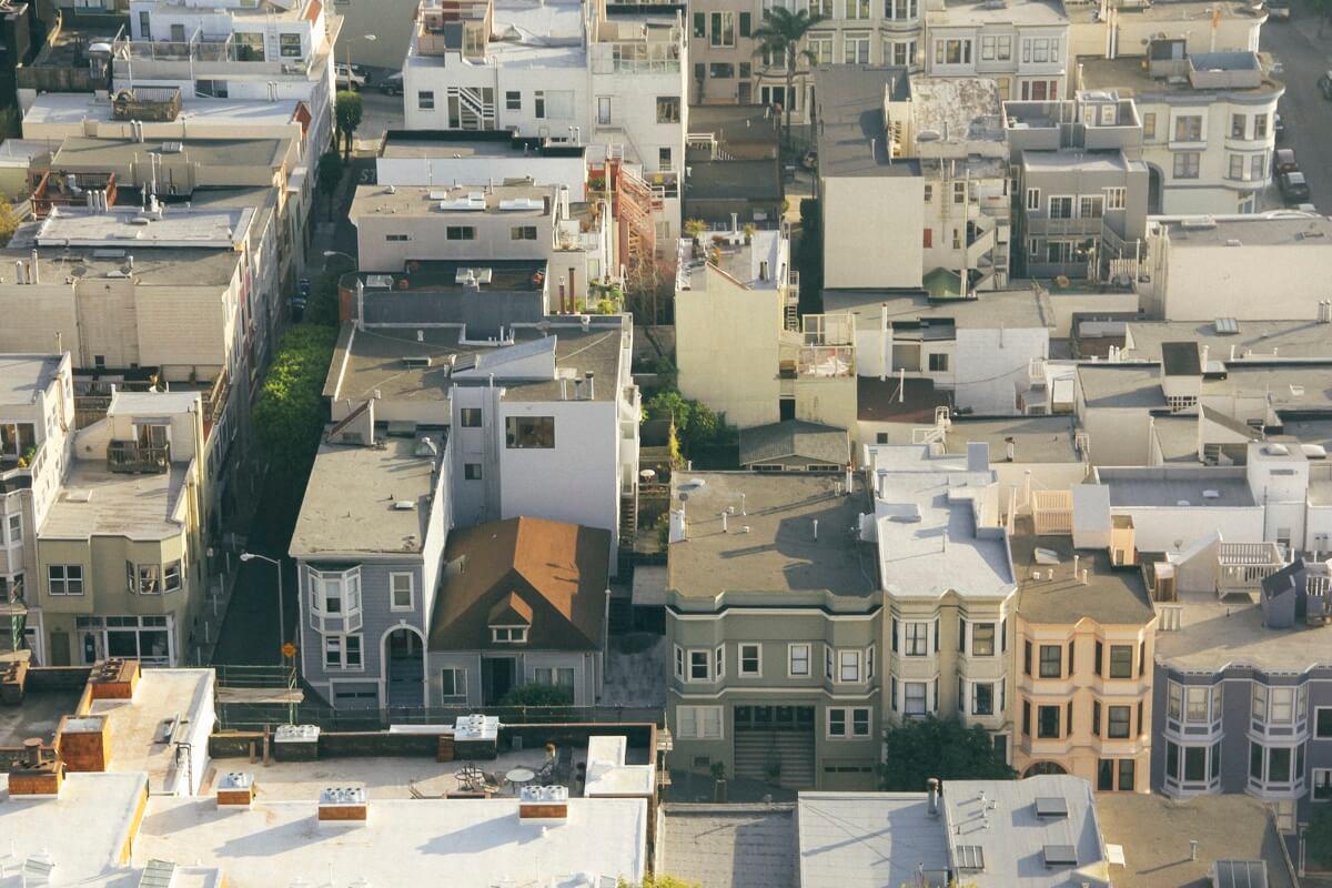 Luftaufnahme einer typischen Holzhaus-Siedlung im Stadtteil »The Mission« in San Francisco