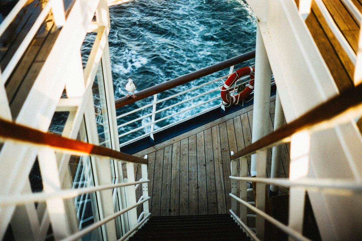 Eine Treppe auf einem Schiff führt von einem Deck nach unten