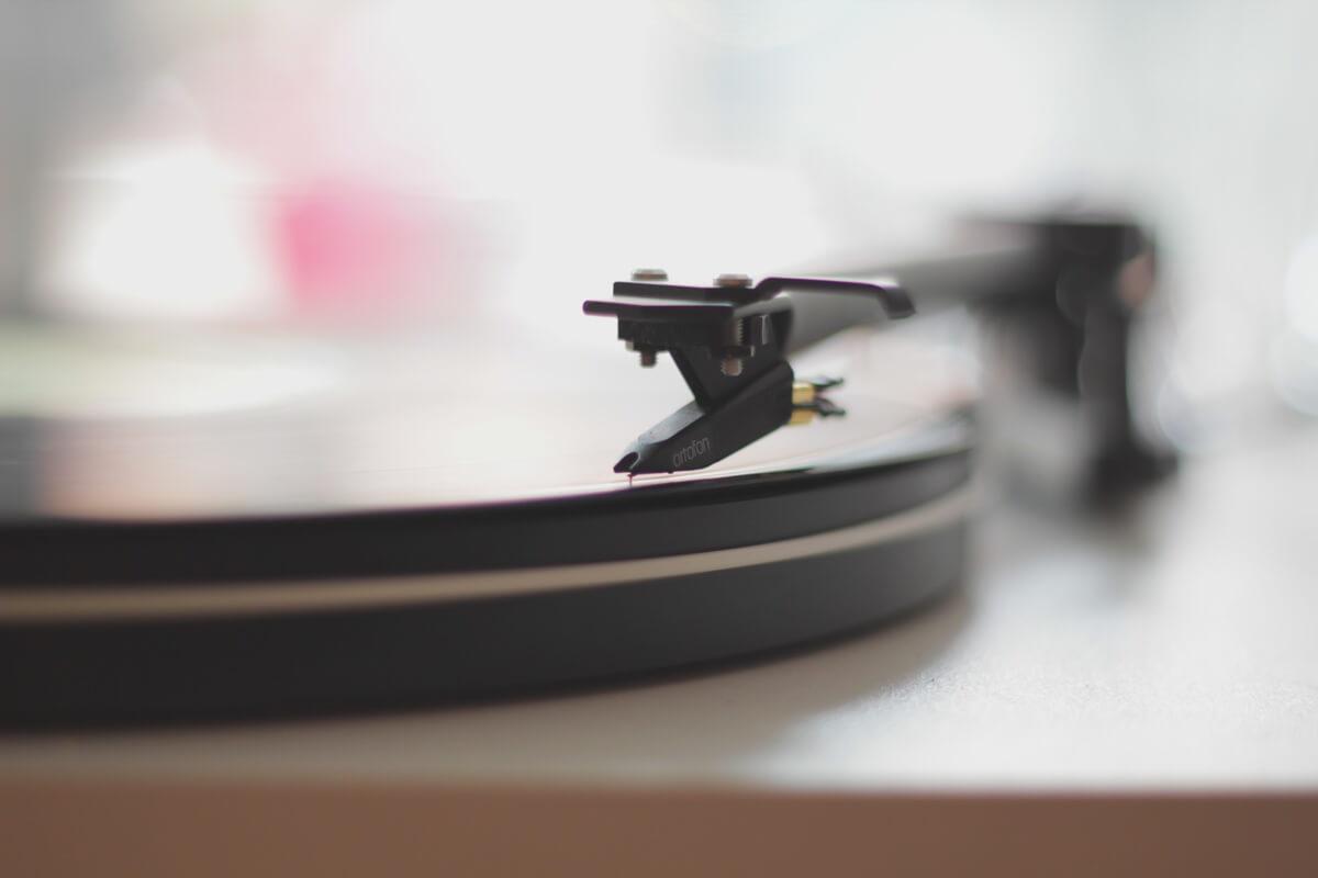 Nahaufnahme eines Schallplattenspielers