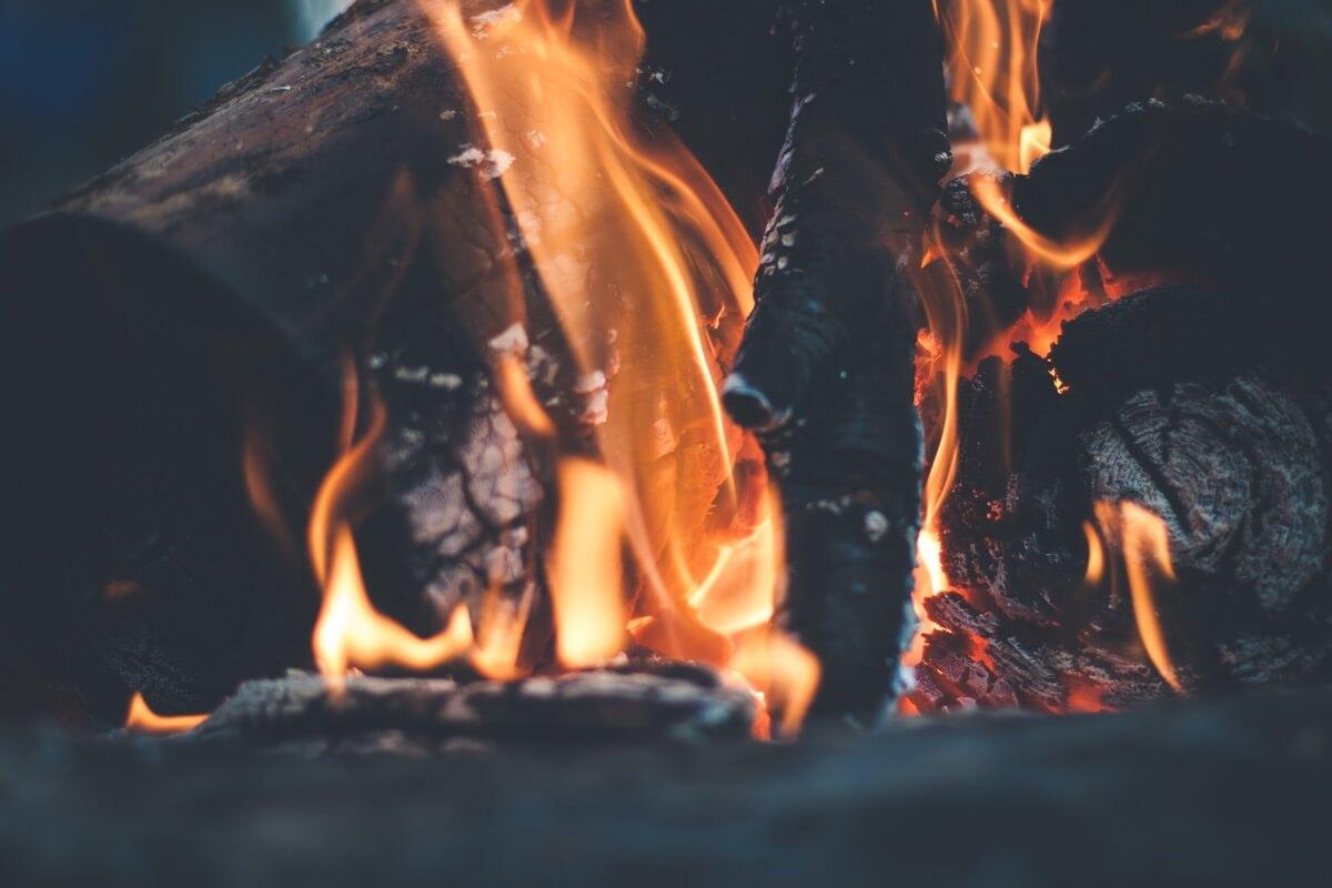 Nahaufnahme eines Lagerfeuers