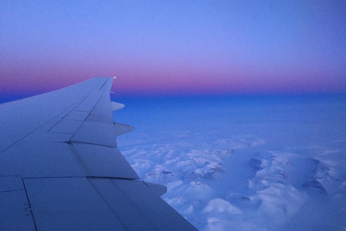Ausblick aus einem Flugzeug auf eine vereiste Landschaft