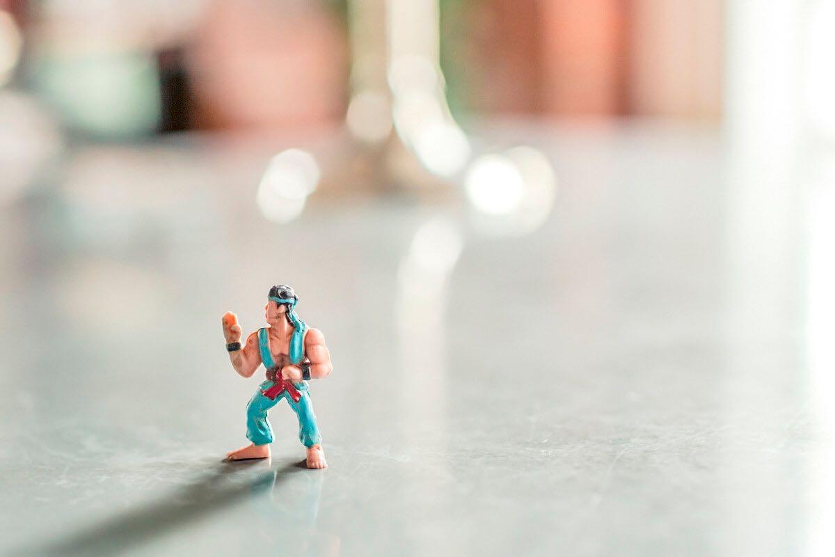 Aufnahme einer Spielzeugfigur, die einen Karatekämpfer darstellt