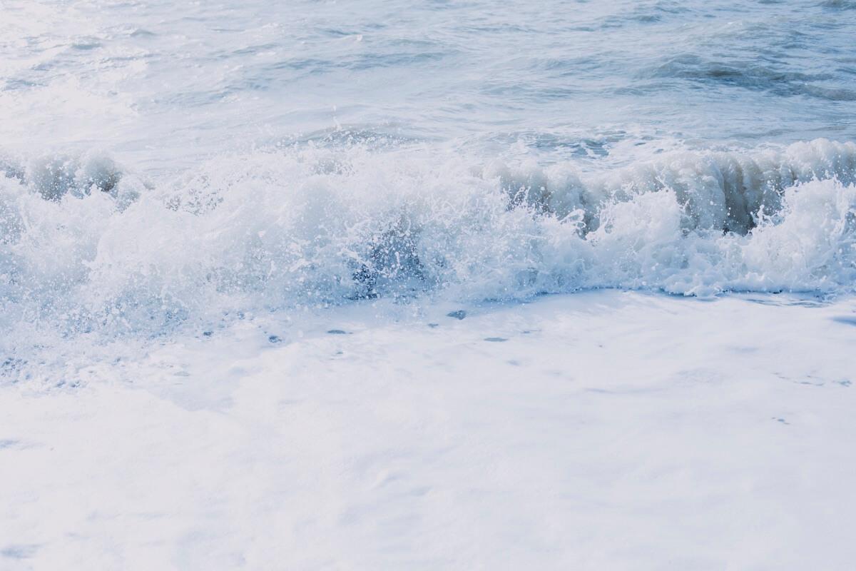 Wellen branden an einen Strand