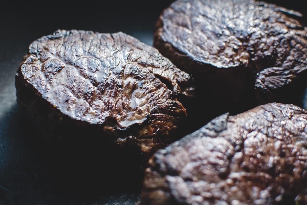 Foto von drei gegrillten Steaks