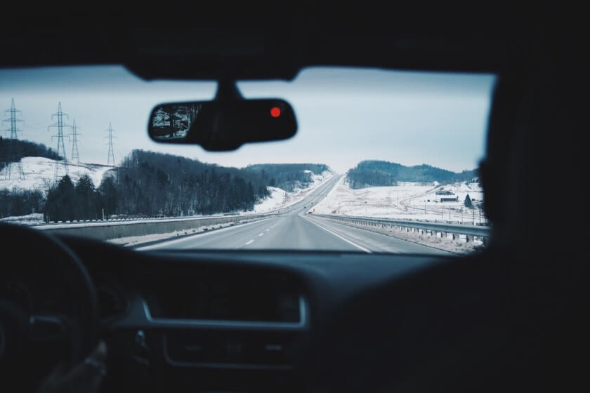 Ausblick aus einem fahrenden Auto auf einer Autobahn im Winter