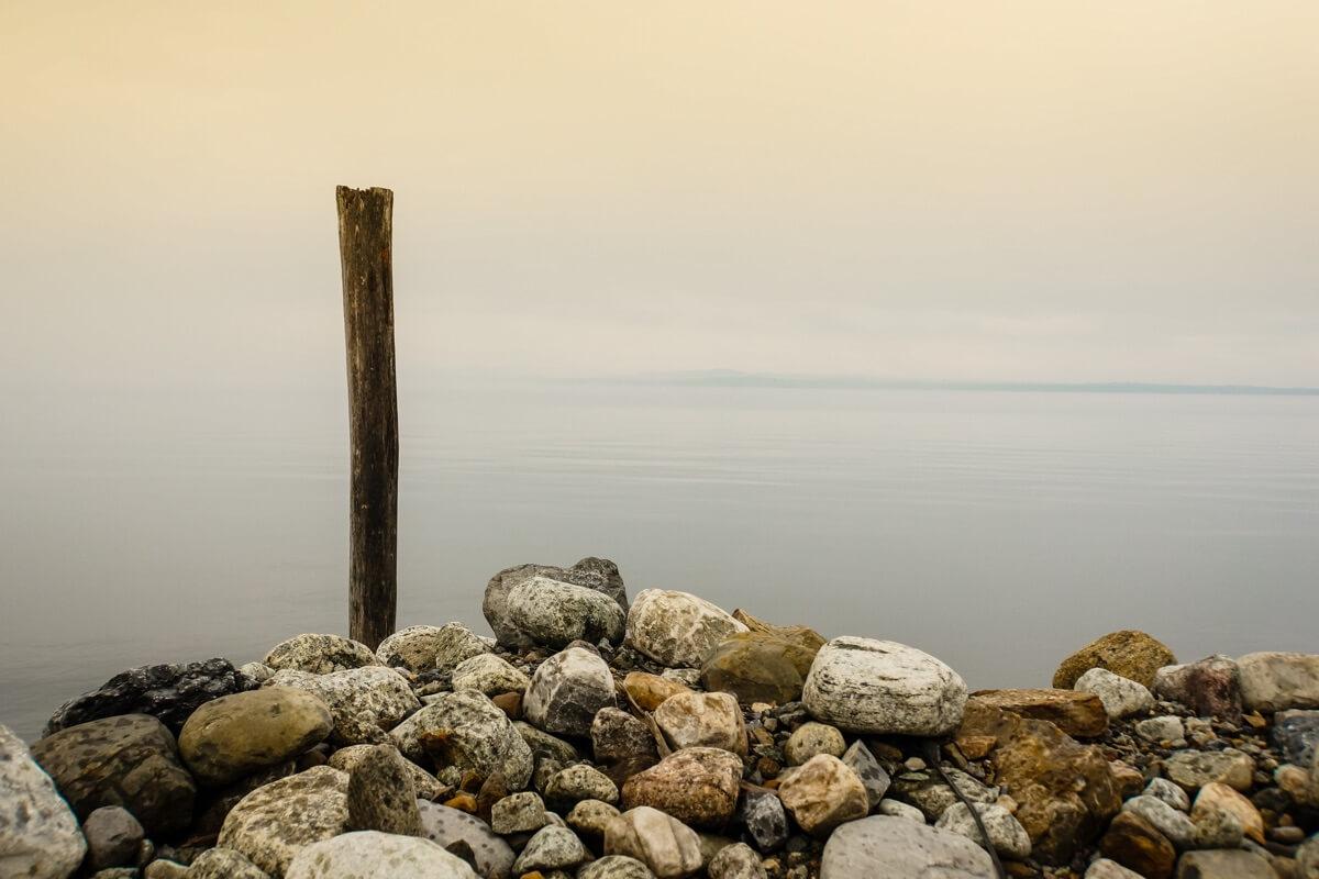 Die Uferpromenade eines Sees im Nebel