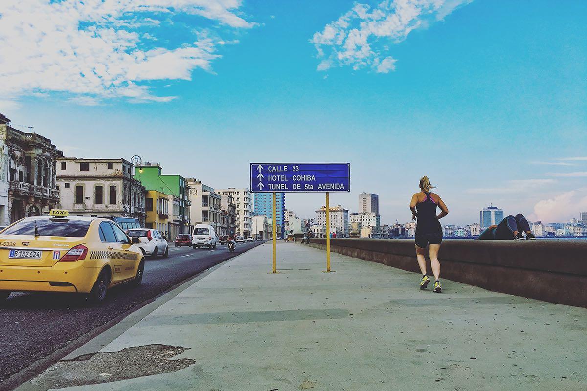 Eine Frau joggt entlang der Malecón in Kubas Hauptstadt Havanna