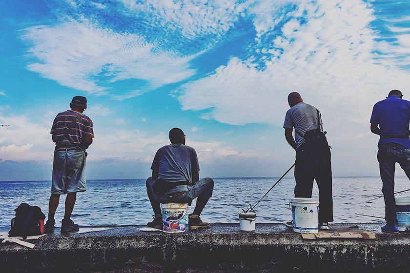 Einheimische angeln an der Malecón in Kubas Hauptstadt Havanna